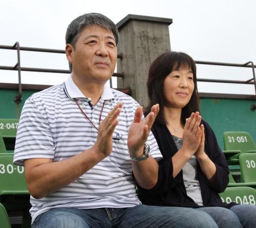 菊池雄星の父・雄治さん(左)と母・加寿子さん